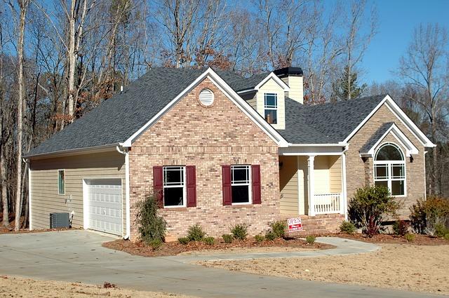 cihlový dům, cesta, garáž