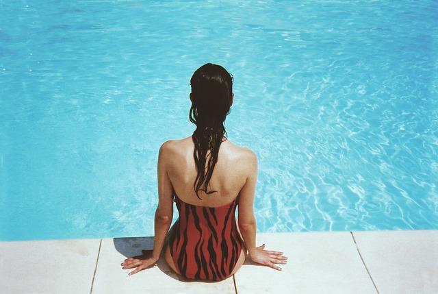 červenočerné plavky.jpg