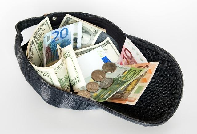 peníze v kšiltovce.jpg
