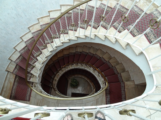 Točivé schodiště v interiéru.jpg