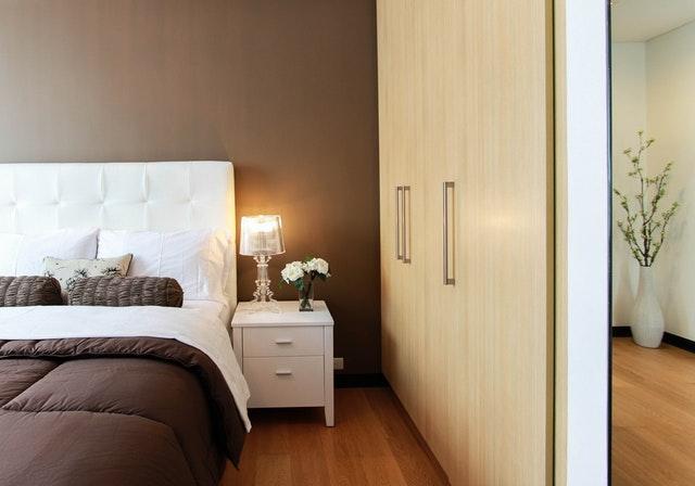 skříň v ložnici, postel